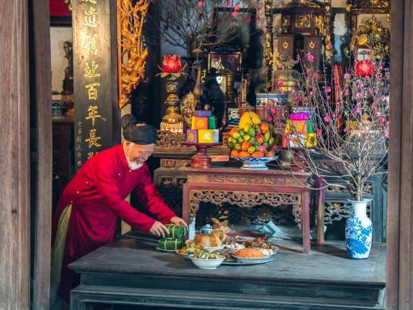 Old,Vietnamese,Man,Preparing,Altar,With,Foods,For,The,Last
